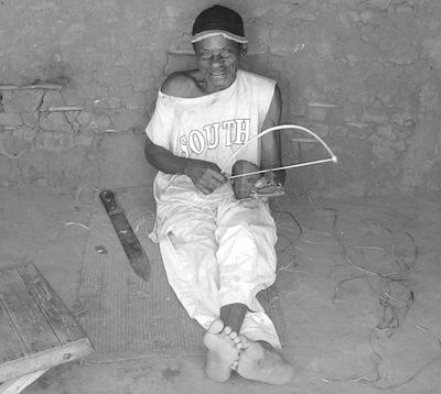 L'informateur Mzee D. dans une communauté d'origine mozambicaine de langue simákonde en Tanzanie (photo Sophie Manus, 2004).