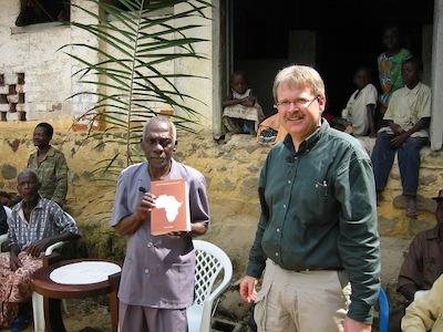 Sébastien Bodinga-bwa-Bodinga and linguist Lolke van der Veen during the official handing-over of the Geviya-Français dictionary to the Eviya community, Gabon.
