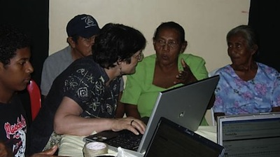 Angela enseignant la langue rama, au Nicargua (photo Colette Grinevald).
