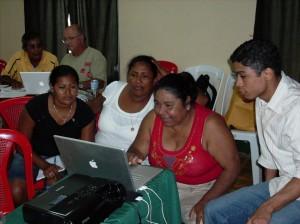Jeunes femmes jouant à des jeux en langue rama