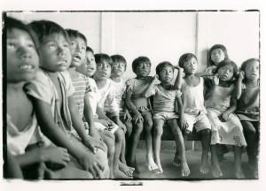 Miss Nora enseignant le rama aux enfants de maternelle-1989